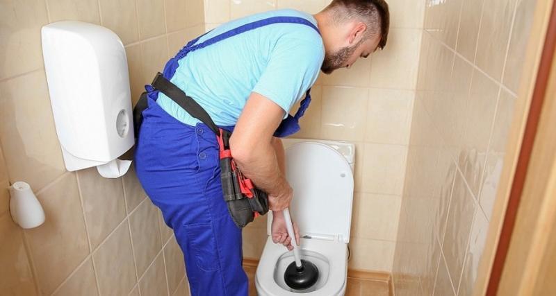 4 façons de déboucher une toilette qui ne se vide pas